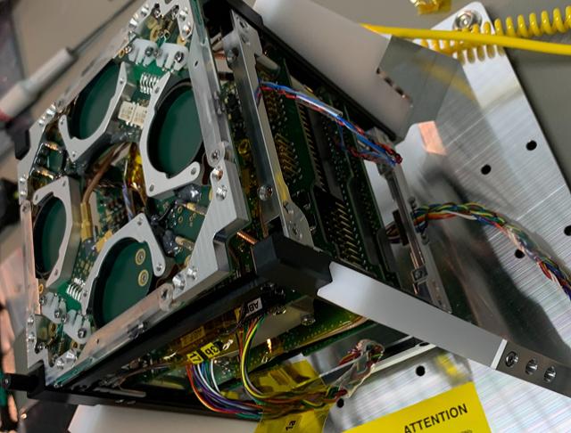 Nano-satellite UVSQSAT en cours d'intégration. Crédits : ISIS/UVSQ.